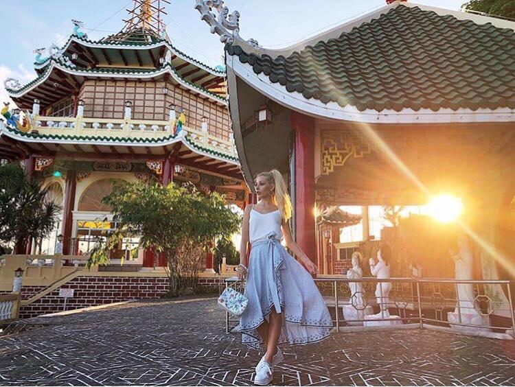 La fashion blogger Vittoria Ottaviano indossa Nira Rubens per un outfit da aperitivo al tramonto