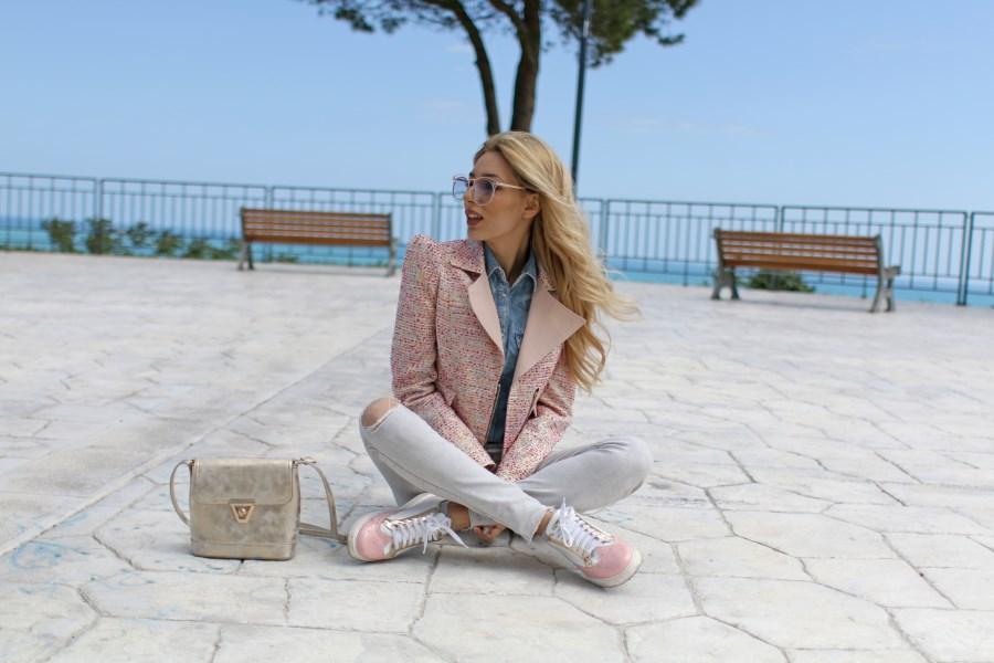 L'influencer Vittoria Ottaviano ama le sneakers L4K3 su un outfit da bambolina