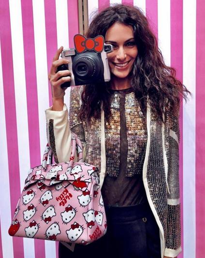La famosissima influencer Paola Turani con una Petite Miss Save My Bag X Hello Kitty