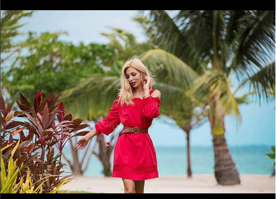 Vittoria Ottaviano di www.lostileungioco.com indossa un abito rosso by Suncoo