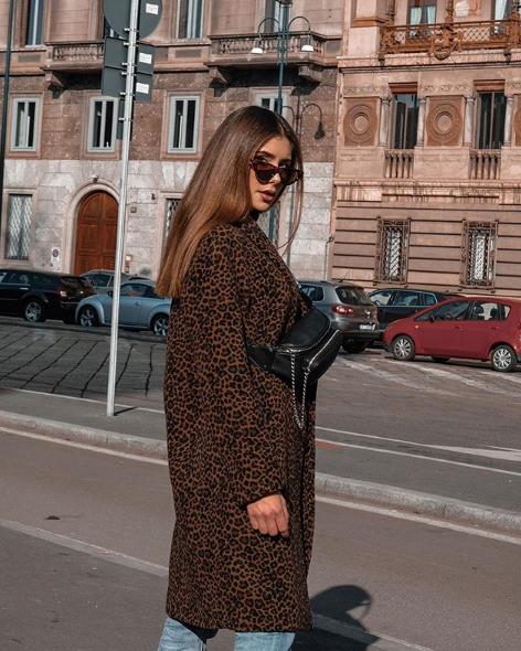 Alessandra Ventura con cappotto maculato Tara Jarmon