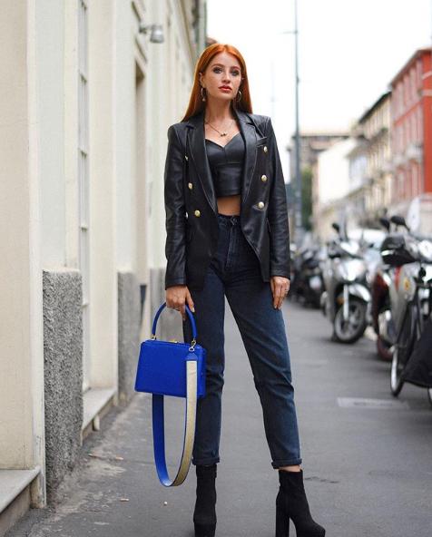 Alina Schiano con borsa blu Amato Daniele